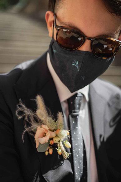 Hochzeitsfoto mit Maske Bräutigam