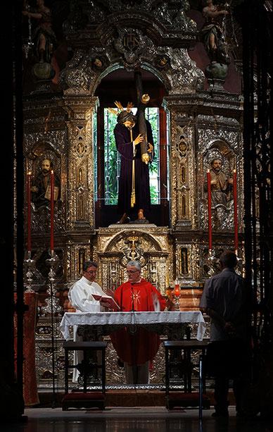 Photographie, Espagne, Andalousie, église, Christ en croix, cierges, dolorisme, baroque, art religieux, messe, sculpture, Mathieu Guillochon.
