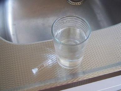 mettez les graines dans une verre d'eau tiède