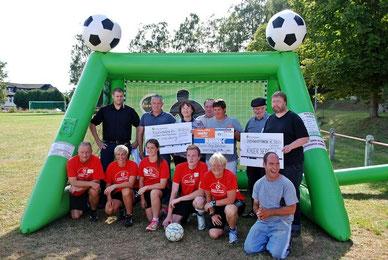 Fussballcamps Hessen Spendenübergabe der Fussballschule