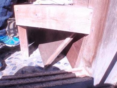 室内への侵入口を板でふさぐ