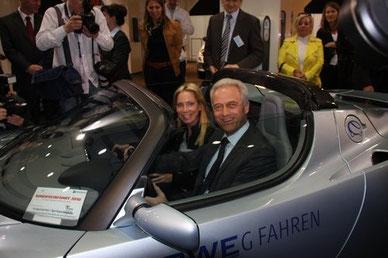 Ein begeisterter Bundesverkehrsminister Ramsauer und Carolin Reichert - RWE im Tesla Roadster auf der Roadshow - Leipziger AMI 2010