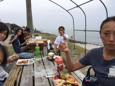 恒例の青空(今日は曇っていたけど)ランチ みんなで食べるとうまい!