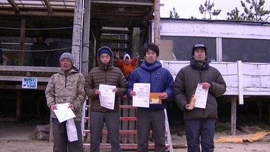 OZ40クラス 2位 橋本信幸(写真左から2番目) 3位 室谷秀司(写真右から2番目)