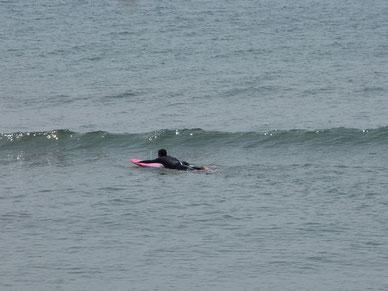 パド練のつもりが潮が引きだして、何とかテイクオフ出来る波ありました。
