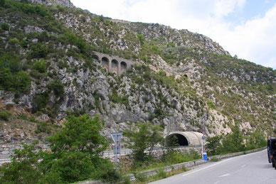 Unten die Straße durch den Tunnel nach Saorge, oben die Zuglinie.