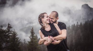 Glückliches Paar lacht und umarmt sich im Hintergrund die Berge fotografiert von der Familien Fotografin Monkeyjolie in der Ostschweiz
