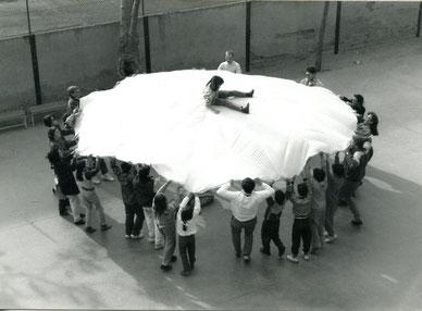 Kinder, Eltern und Elfriede Fliedner waren immer begeistert von den Spielen mit dem Fallschirm