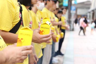 募金活動を行うつくば開成福岡高校の生徒たち(同校提供)