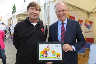 Ministerpräsident Stephan Weil (rechts) mit Manfred Wille mit dem DANKEschön-Bild