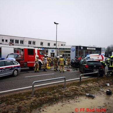Feuerwehr; Blaulicht; FF Bad Ischl; Unfall; PKW; Holzstoß; Übung;