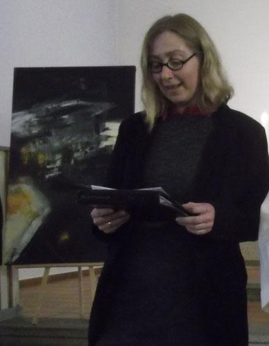 Sandra Ruge-Tolksdorf beim Gottesdienst mit Flüchtlingen. Im Hintergrund ein Werk vom Syrischen Künstler Kamal Soumaja(mehr Bilder).