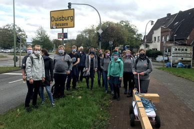 Wichtiges Etappenziel: In Duisburg ist das halbe Kreuz jetzt schon einmal. Ab hier begleitet die Pilger auch Pfarrer Christian Schulte aus Liebfrauen.. (Foto: Lisa Mathofer / Bistum Essen)