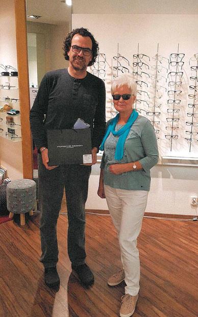 Optikermeister Frank Uebel freute sich auch diesen Preis an Viola Selle übergeben zu können.