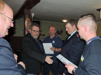 Auch der Bürgermeister gratulierte den beförderten Kameraden.