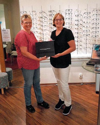 Stefanie Schulze (re) freute sich riesig über den 1. Preis den sie von Heike Garwemann überreicht bekam.