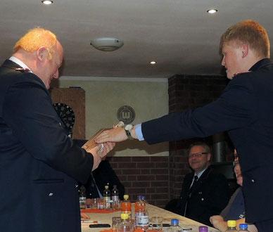 Alexander Löv bedankt sich im Namen aller Kameraden bei Uwe Klas für die geleistete Arbeit und sein Engagement für die Truppe