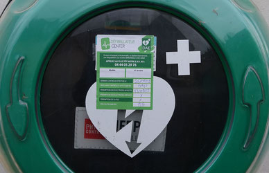Le défibrillateur est un appareil qui délivre un choc électrique pour relancer le cœur en cas d'arrêt de celui-ci.
