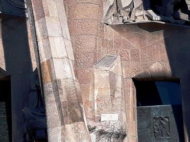 Лабиринт на фасаде Страстей Храма Святого Семейства