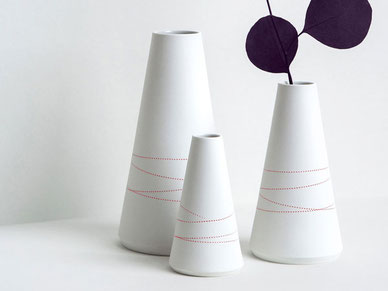 konische Vase Porzellan Berlin rote Linien geprägt