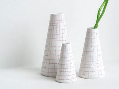 Kegel Vase kariert rote Linien Porzellan Berlin