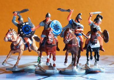 Drei Mazedonier (Hät) und ein republikanischer Römer (Italeri) auf leichten Pferden.