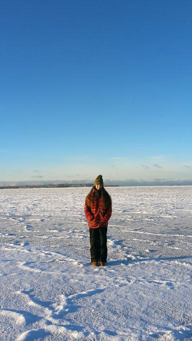 Nadine Hoch auf dem zugefrorenen Vätternsee - 100m vom Ufer entfernt.