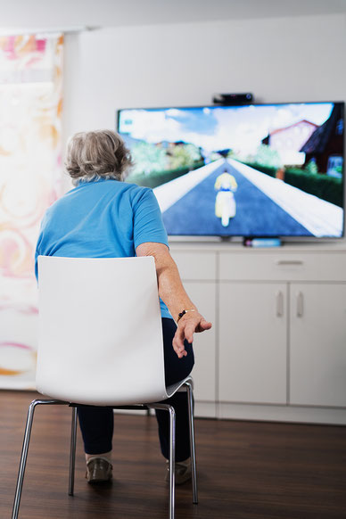 Die memoreBox ist eine einfach zu bedienende Spielekonsole für ältere Menschen, um spielend körperlich und geistig fit zu bleiben.