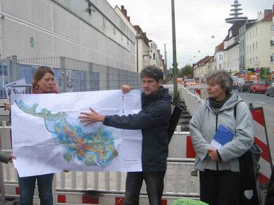 Findorff wird vom Klimawandel besonders betroffen sein - v.l. Katrin Behnken (UBB), Dirk Hürter (SUBV) und Brigitte Pieper (Leiterin ASV)