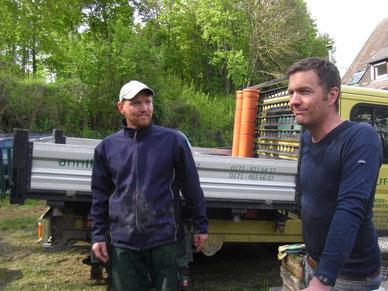 Matts und Tobias auf der Baustelle der Volierenanlage