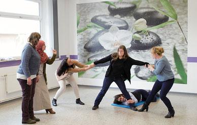 Theaterpädagogik: Rollenspiele in den Workshops stärken das Selbstvertrauen der Teilnehmerinnen.    Foto: Arbeitsmarkt Nord