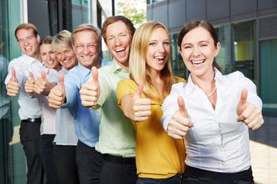 Ein freundliches, hoch motiviertes Team. Daumen hoch! Für ein gutes Betriebsklima ist es wichtig, sozialkompetente Persönlichkeiten auszuwählen und gefährliche Persönlichkeitsstörungen und aggressive Psychos zu vermeiden