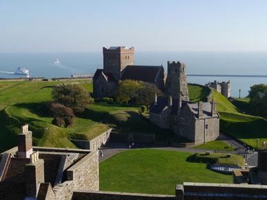 Teil der Burganlage von Dover Castle mit Blick auf das Meer
