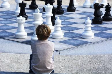 Bub vor überdimensionalem Schachbrett