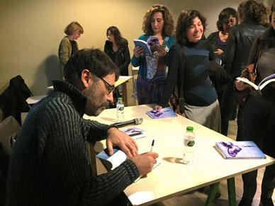 """Josep Vila Fisas signant """"La melodia dels sense sort"""""""