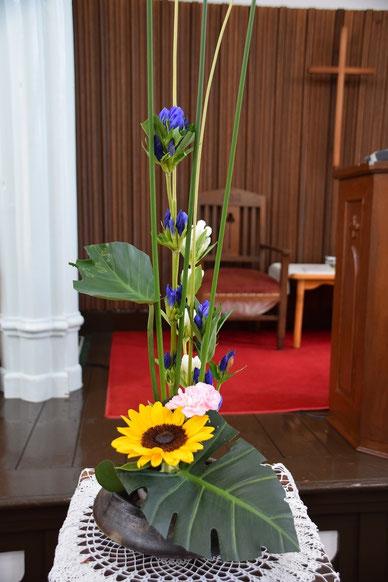 8月5日(日)の礼拝堂献花です。歴史ある講壇の柱とあいまって今週も素晴らしい。夏ですね。