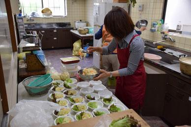 6月17日(日)早朝、お台所でカレーを食べる会の準備をしてくださっている女性たち。Sさん、ここでも心をこめてご奉仕下さってました。