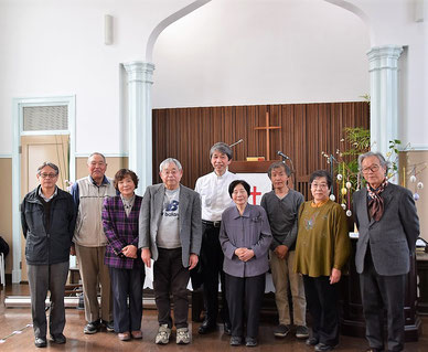 4月8日(日)のイースター礼拝・愛餐会のあと、十文字平和教会の方々と森牧師で記念の一枚 旭東教会礼拝堂にて