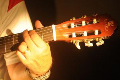 Vielen Schülern fällt das Greifen der Akkorde viel leichter, wenn sie zunächst einige Monate auf einer C-Gitarre in der offenen Stimmung ein Gefühl für das Instrument bekommen haben.