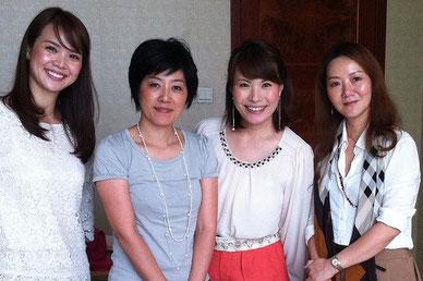 中国人スタッフのWeiさん(右)と生徒さんと一緒に。Weiさんは日系企業にも勤務しながらカラーの勉強をし、カラースクールのテキスト翻訳、イベント時の通訳も務める。