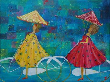 2 dames fietsend in de regen met vrolijk gestreepte parapluus