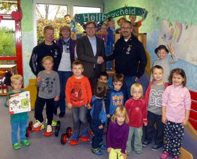 v.l.n.r.: Markus G. und Patrick B. übergaben die neuen Spielgeräte im Beisein von Christiane H.  (Leitung Kindergarten) und Patrick B. (Verbandsvorsteher Kindergarten-Zweckverband) an die Kinder