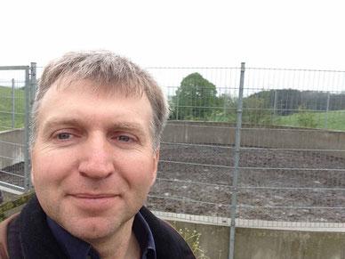 Energie Potential durch Gülle  Zusatzeinkünfte für Landwirtschaftliche Viehhalter Foto Biogas Berater Simon mit Güllegrube EEG Novelle  Stromgeld Biogas