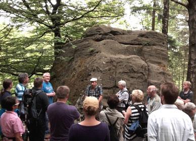 Hubertus Hagemeier erläutert der Gruppe die Grundzüge der Anlage am Faulen Jäger