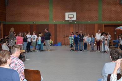 Bild von der Einschulungsveranstaltung mit Schulleiterin Doris Bechhold, Ralf Martin und Stefanie Kajtezovic (stehend v. links nach rechts)