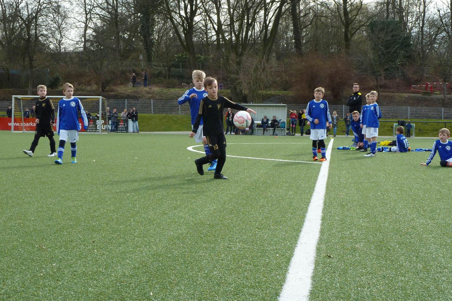 TuS F1-Jugend im Spiel gegen SV Burgaltendorf. - Fotos: mal.
