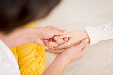 Shiatsu Übung an den Fingern ziehen - sanft dehnen