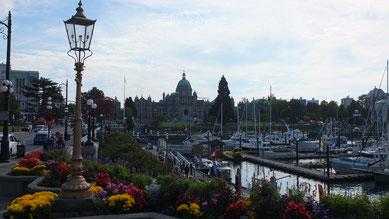 Victoria - Blick auf den Hafen und das Parliament Building im Hintergrund