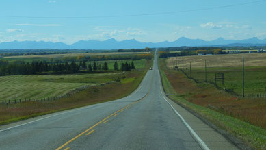 hinter uns Calgary, vor uns die Rocky Mountains ...