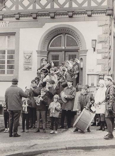 Wolfgang Ziegler dirigiert die Kapelle, die sich am Posteingang aufgestellt hatte